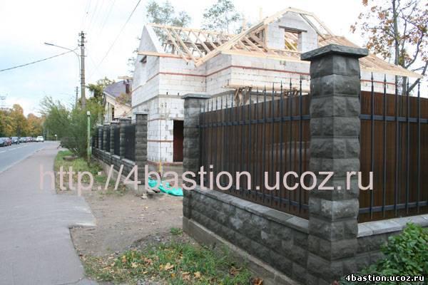 Кованый забор со столбами из заборных блоков
